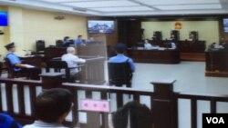 """天津第二中级人民法院对709律师案和异议人士案的庭审星期三继续进行。独立中文笔会会员、北京教会人士胡石根在法庭被告席上,他被控涉嫌""""颠覆国家政权罪""""(美国之音叶兵拍摄)"""