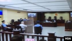 天津第二中級人民法院對709律師案和異議人士案的庭審星期三繼續進行(美國之音葉兵拍攝)