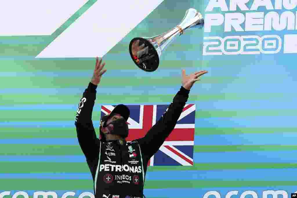 កីឡាករប្រណាំងឡាន Lewis Hamilton មកពីចក្រភពអង់គ្លេសបោះពានរបស់លោកទៅលើ បន្ទាប់ពីការប្រកួត Formula One Grand Prix នៅទីលានប្រកួត Barcelona Catalunya ក្នុងក្រុង Montmelo ប្រទេសអេស្ប៉ាញ។