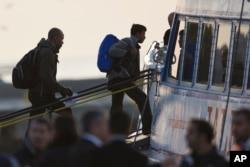 Người nhập cư lên phà tại cảng Mytilini tại đảo Lesbos ở Hy Lạp, ngày 3/4/2016.