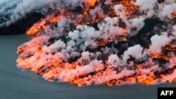 """Gunung berapi Bardarbunga di Islandia tenggara memuntahkan lava (foto: ilustrasi). Islandia sering disebut sebagai negeri """"tanah es dan api""""."""