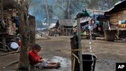 Seorang anak tengah memegang sepiring nasinya di tempat penampungan pengungsi di Laiza, sebuah wilayah yang dikuasai Kachin di Burma utara (Foto: dok). Pemerintah Burma dan pemberontak etnis Kachin dikabarkan akan kembali melakukan dialog di Tiongkok minggu ini.