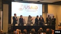 El presidente de Colombia, Iván Duque, estrecha su mano con Mark Green, director de USAID, en la Cumbre Concordia Americas.