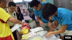 11個專業人士團體擺街站收集市民一人一信,希望立法會議員否決港府政改方案。(美國之音湯惠芸)