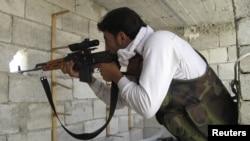 反政府武装的一个狙击手2012年7月29日在阿勒颇就战斗位置