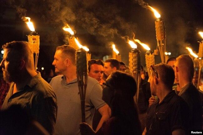 Những kẻ chủ trương thượng đẳng da trắng cầm đuốc tuần hành trong khuôn viên trường Đại học Virginia ở thành phố Charlottesville, bang Virginia, ngày 11 tháng 8, 2017.