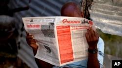 Seorang pria membaca koran Partai Komunis Kuba, Granma, di Havana. (Foto: Dok)