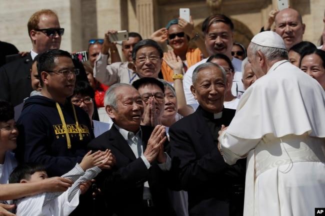 """El papa elogió a los católicos de China, """"que entre sus dificultades y esfuerzos diarios siguen creyendo, confiando y amando""""."""