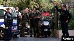 9일 프랑스 파리 근교 르발루아 페레에서 군인들을 향해 차량이 돌진하는 사건이 발생한 가운데, 경찰과 군인들이 현장을 통제하고 있다.