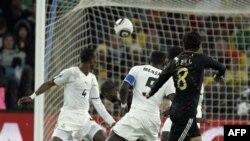 Timnas Ghana (putih) saat bertanding dalam grup D Piala Dunia tahun 2010 di Johannesburg, Afrika Selatan (foto: dok). Ghana harus menyingkirkan Mesir untuk lolos ke Piala Dunia tahun depan.
