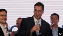 Nhà lãnh đạo đảng Cấp tiến Serbia Aleksandar Vucic (giữa) mừng thắng lợi cuộc bầu cử quốc hội, 16/3/14