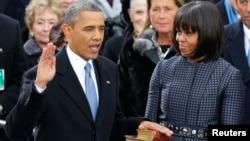 奧巴馬在美國國會大廈的台階上宣誓就職﹐旁為第一夫人米歇爾