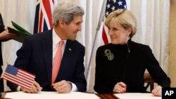Australijaska ministrica vanjskih poslova Julie Bishop i američki državni sekretar John Kerryprilikom potpisivanja sporazuma