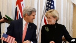 وزير امور خارجه ايالات متحده، جان کری (چپ) و وزير امور خارجه استراليا، جولی بيشاپ، در حال گفتگو در گفتگوهای سالانه وزرای امور خارجه آمريکا و استراليا، سيدنی – سه شنبه ۲۱ مرداد (۱۲ اوت)