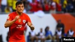 El mediocampista chileno Charles Aránguiz celebra el primer gol de Chile, en el partido que ganaron a Colombia, 2-0.