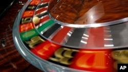 2011年在澳门召开的亚洲国际博彩博览会上展示的轮盘赌 (资料照)