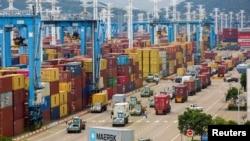 中国浙江宁波舟山港繁忙的货柜码头。(2021年8月15日)