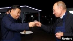 Rusiya prezidenti Vladimir Putin və Çin prezidenti Şi Tsinpin Vladivostokda görüş zamanı, 11 sentyabr, 2018.
