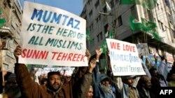 Chừng 50 ngàn người trương biểu ngữ ca ngợi người đàn ông bị truy tố về tội giết tỉnh trưởng Punjab trong tuần qua, 9/1/2011