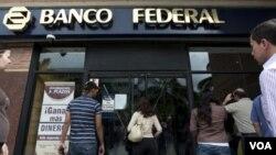 Chávez dijo que el Banco Federal fue expropiado a causa de irregularidades financieras.