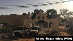 La foule est réunie devant la cour de Justice à Niamey, Niger, le 13 mars 2017. (VOA/Abdoul-Razak Idrissa)