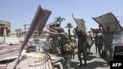 Vojnici čiste prostor ispred Ministartsva odbrane, gde su bili ulogoreni islamski demonstranti
