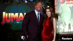 "Dwayne Johnson, yang dikenal sebagai ""The Rock"" dan tunangannya Lauren Hashian saat menghadiri penayangan perdana ""Jumanji: Welcome to the Jungle"" di Los Angeles, 11 Desember 2017. (Foto: Reuters)"