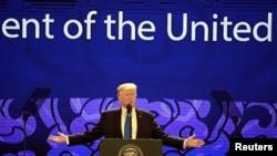 Prezidan Etazini an, Donald Trump pandan li te pran la pawòl nan Somè Om Dafè APEC la o Vietnam, 10 novanm 2017.