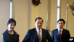 連戰與夫人連方瑀去年啟程出席APEC﹐右為當時新聞局長江啟臣