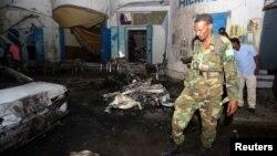 2014年10月12日索马里士兵检查摩加迪沙奥罗莫餐厅爆炸现场
