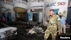 지난 10월 소말리아 알샤바브의 한 식당에서 폭탄 테러가 발생한 후 정부군 병사가 사건 현장을 수색하고 있다. (자료사진)