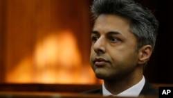 Pengusaha Inggris Shrien Dewani, yang dituduh memerintahkan pembunuhan isterinya Anni Dewani, hadir dalam pengadilan di Cape Town, Afrika Selatan (6/10).