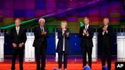 De g. à dr., Jim Webb, Bernie Sanders, Hillary Clinton, Martin O'Malley et Lincoln Chafee. (AP Photo/John Locher)