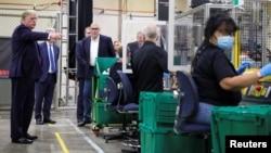 特朗普总统视察亚利桑那州凤凰城一个医用口罩厂的生产线。(2020年5月5日)