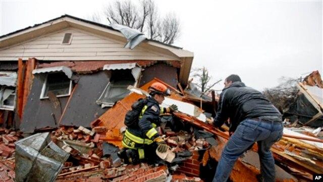 Lực lượng cứu hộ tìm kiếm một chú chó bị kẹt trong một căn nhà bị lốc xoáy tàn phá ở Adairsville, bang Georgia, ngày 30/1/2013.