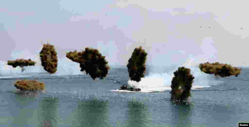 2013年4月30日,韩国两栖攻击战车在美韩联合军演期间释放烟雾弹。这是两国年度演习的一部分。