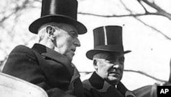 威尔逊总统(左)与哈丁总统在哈丁的就职仪式上