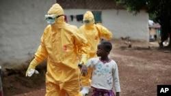 Ebola belirtileri gösteren Liberyalı bir çocuk ambulansa götürülürken