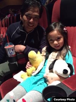 Jony Chandra, Storyboard Artist untuk film-film Hollywood dan puterinya saat menonton 'The Peanuts Movie' (foto: Jony Chandra)