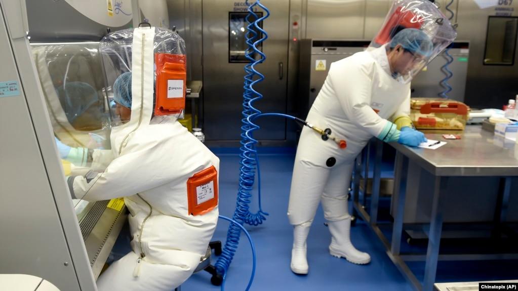 资料照片:武汉病毒所实验室内的研究人员 (美联社 2017年2月23日)