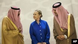 Waziri wa Mambo ya Nje wa Marekani Hillary Clinton akizungumza na Waziri wa Mambo ya Nje wa Saudi Arabia Prince Saud Al-Faisal, kulia, na Waziri wa Mambo ya Nje wa Kuwaiti Sheikh Sabah Khaled al-Hamad Al-Sabah kabla ya mkutano mjini Riyadh, Saudi Arabia,