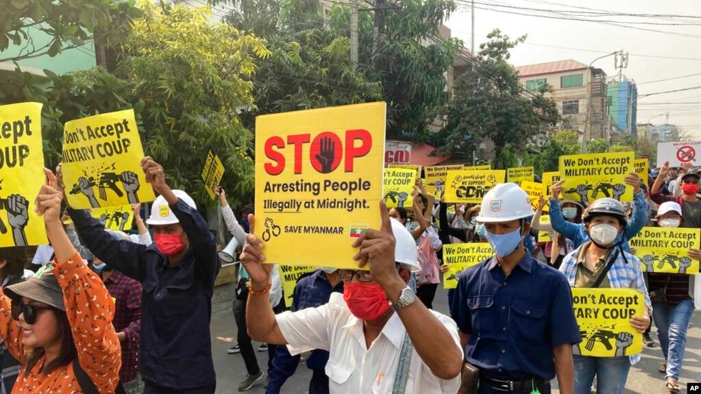 缅甸曼德勒民众2021年3月15日不畏军警血腥镇压上街示威(美联社)