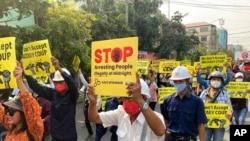 緬甸曼德勒民眾2021年3月15日不畏軍警血腥鎮壓上街示威(美聯社)