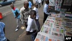 Un kiosque à journaux à Abjidan, le 19 mai 2008.