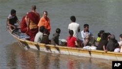 一艘船载着最后一批难民返回缅甸
