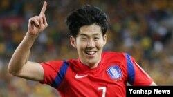 31일 호주 시드니에서 열린 2015 AFC 아시안컵 결승전에서 한국의 손흥민 선수가 경기 종료 직전 극적인 동점골을 넣은 뒤 환호하고 있다.