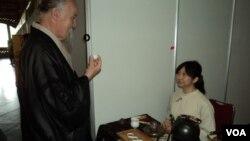 Pengunjung mencoba sajian teh di salah satu stand peserta Festival Teh Internasional di balaikota Solo (13/10).