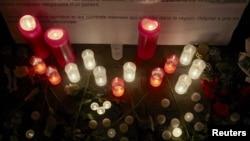 10月7日無國界醫生瑞士日內瓦總部外民眾點燃臘燭﹐悼念被駐阿富汗美軍上星期六﹐空襲炸死 10名患者和12名工作人員。