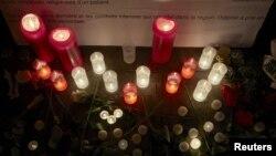 7일 스위스 제네바 '국경없는 의사회' 본부 앞에 아프간 병원 폭격 희생자들을 추모하는 촛불이 켜져 있다.