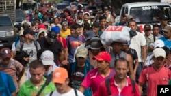 Rombongan migran Honduras yang ingin memasuki Amerika tiba di kota Chiquimula, Guatemala, Selasa (16/10).